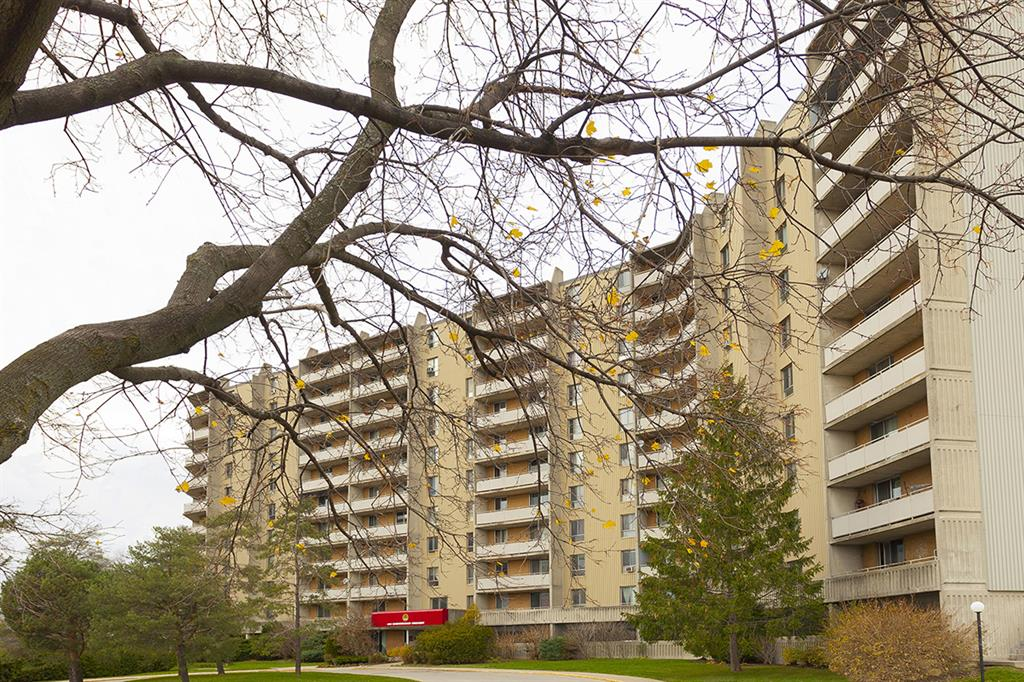 400 Sandringham Crescent, London - Apartment for Rent -B32162